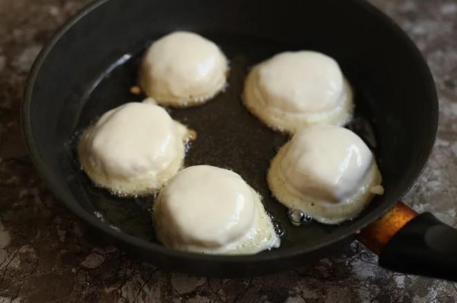 Швидкі пиріжки з картоплею. Не потрібно замішувати і чекати, коли підійде тісто і без ліплення