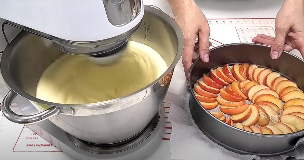 Яблучна шарлотка: тепер ще смачніше. Швидкий пиріг з простих складових
