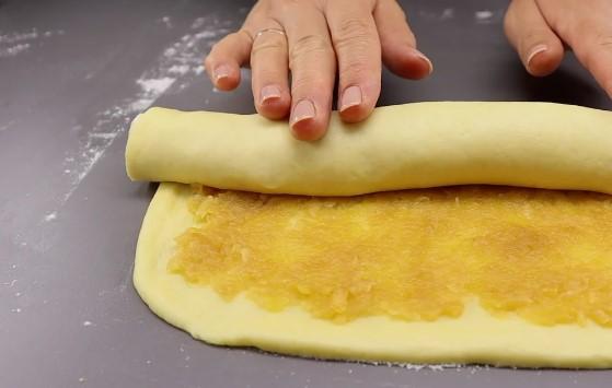 Просто згортаю і нарізаю: готую печиво із соковитою яблучною начинкою