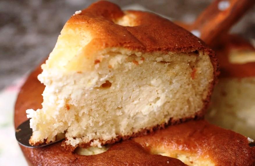 Беру склянку кефіру, трохи сиру для сирного пирога. Підготовка 5 хвилин: навіть міксер не потрібен