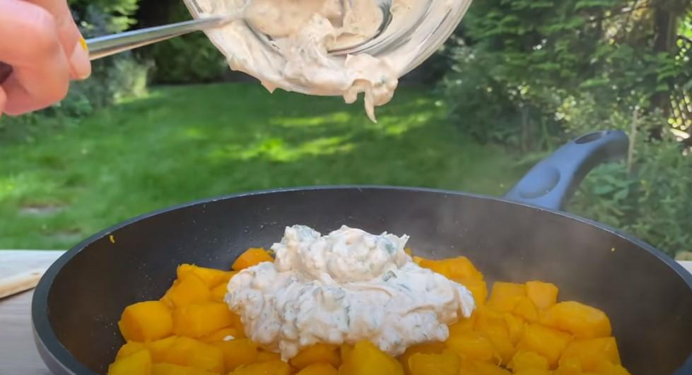 Гарбуз смачніше м'яса: запечений на сковороді з часником і сметаною. Кілька хвилин на приготування