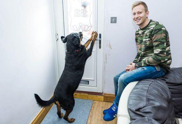 Собака открыла дверь и спасла хозяина!
