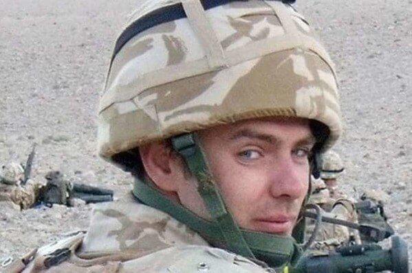 Солдат пришел на похороны товарища в платье, но никто не смеялся. И вот почему