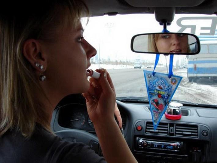 30 фото о непростых взаимоотношениях девушек с автомобилями