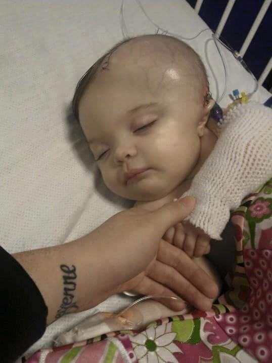 Малышка в одеялке ждала своего отца. Придя домой, он чуть не убил свою дочь