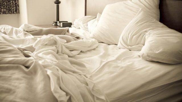 Вот почему нельзя никогда заправлять кровать!