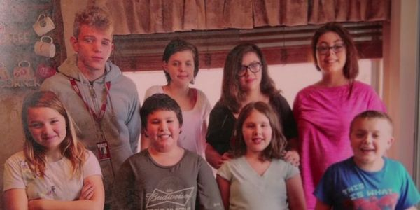 Супружеская пара усыновила 3 детей умирающей соседки – а вскоре они получили…