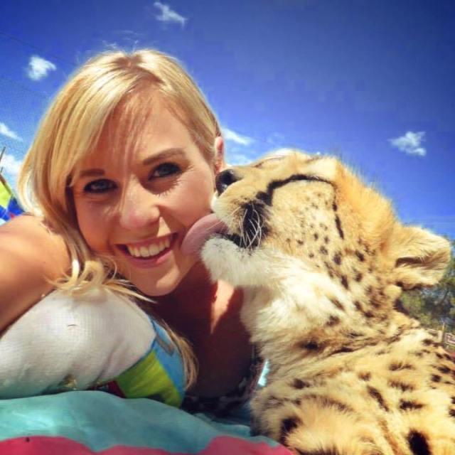 Она спасла котенка гепарда от охотников за трофеями и он стал её лучшим другом