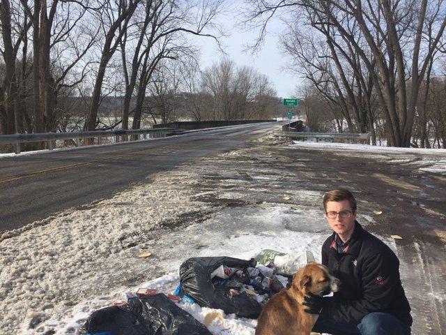 Пара находит бездомную собаку на мусорной куче, начинает действовать и спасает ей жизнь
