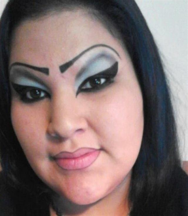 25 женщин, у которых срочно нужно отобрать косметику