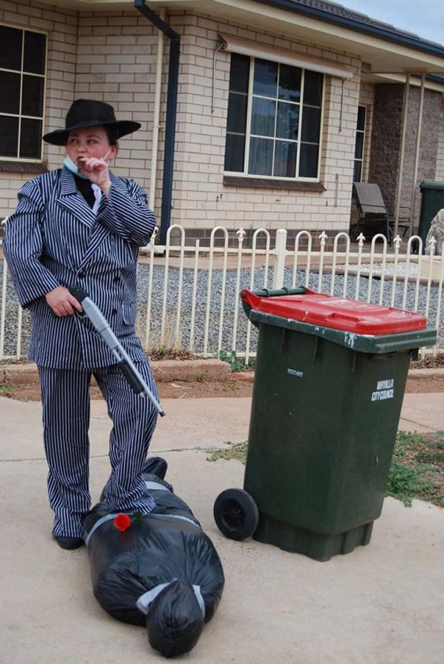 Австралийцы эпично выбрасывают мусор, чтобы хоть как-то развеселиться