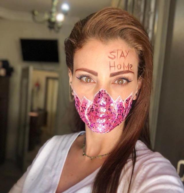Девушки добавляют в макияж защитные маски, чтобы еще раз напомнить о важности мер предосторожности