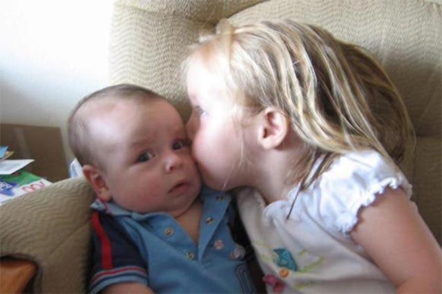 10 смешных и милых фото влюбленных малышей