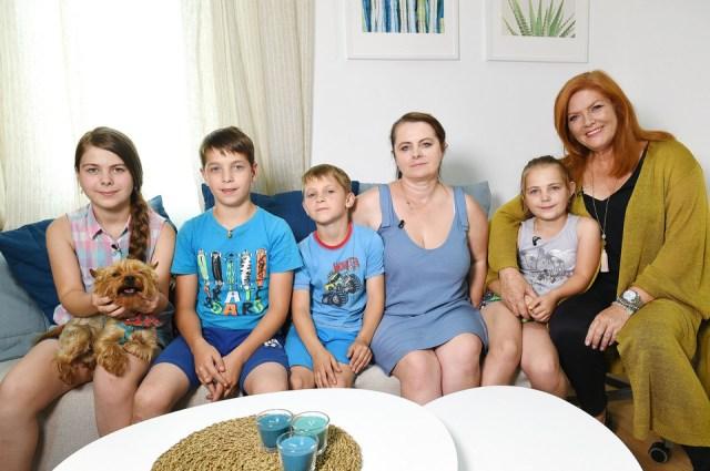 Мать с пятью детьми жила в лачуге без условий. После ремонта семья не узнали свой дом