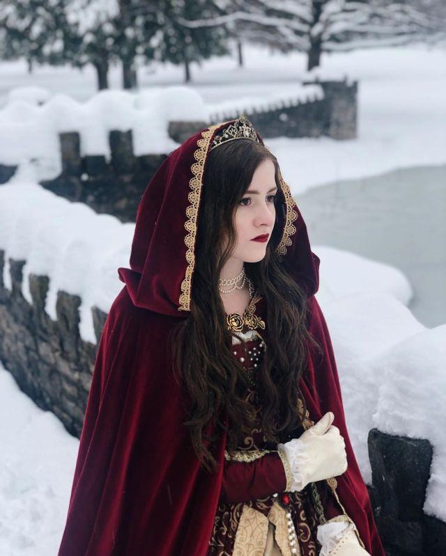 Девушка одержимая Викторианской эпохой тратит тысячи долларов и одевается по моде 19 века