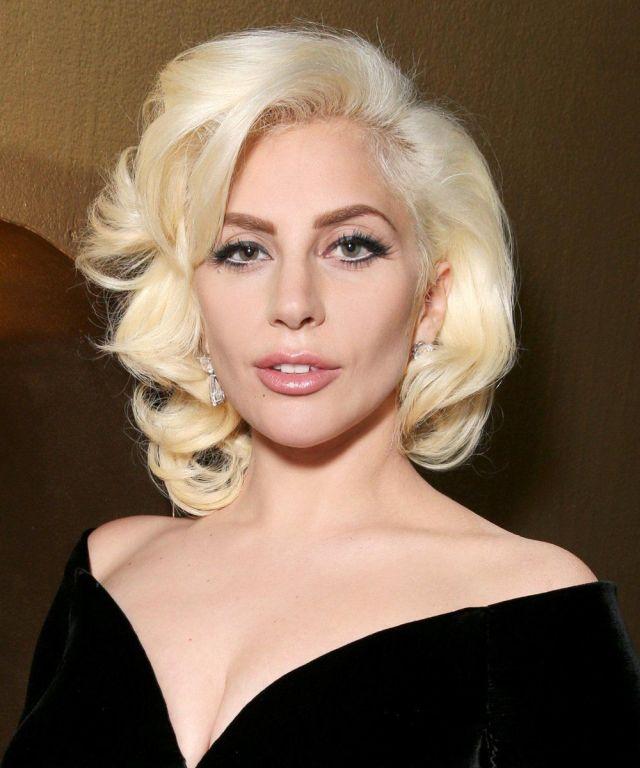 """""""Теперь мы видели всё"""": Леди Гага снялась в ванной в одной маске"""