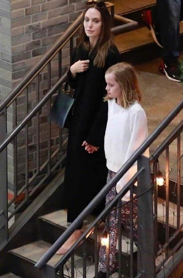 Обычная женщина. Папарацци подловили осунувшуюся Джоли у выхода из магазина