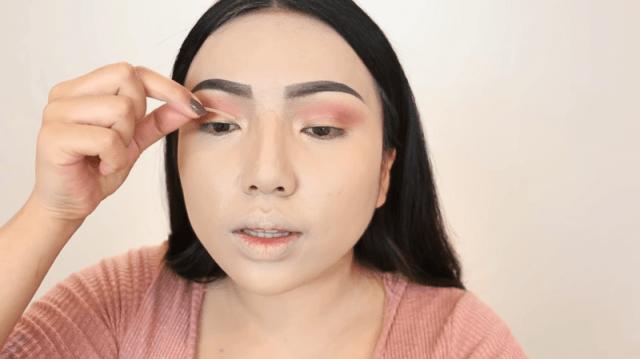 Никакой пластики. Блогер показала, как преобразить лицо одним лишь макияжем