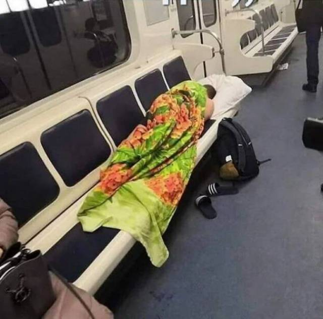 Чудаковатые пассажиры метро, которые ни в чем себе не отказывают