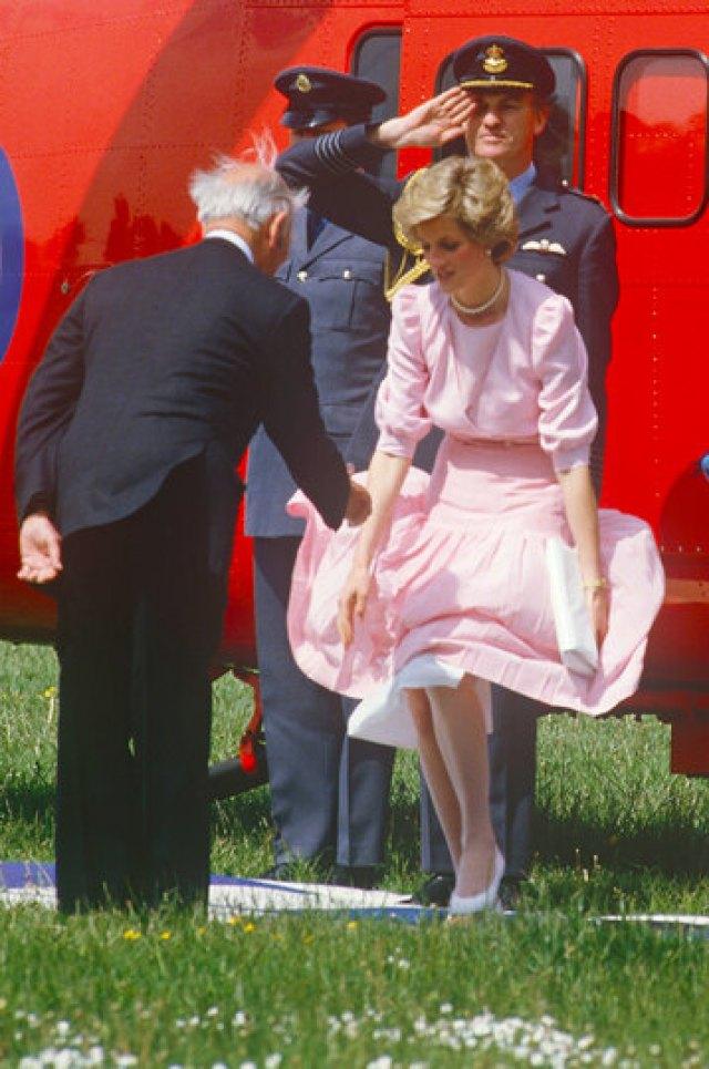 Неловко получилось! 10 случаев конфуза со взлетевшими юбками у королевских особ