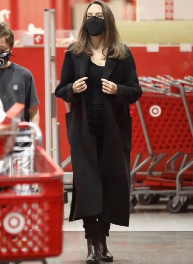 Стесняется своего тела: Джоли не решилась показать стройные ноги в пикантном наряде
