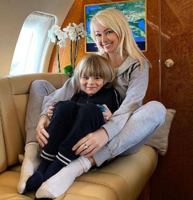 Рудковская показала свою мать в купальном костюме с лишними кг и складками