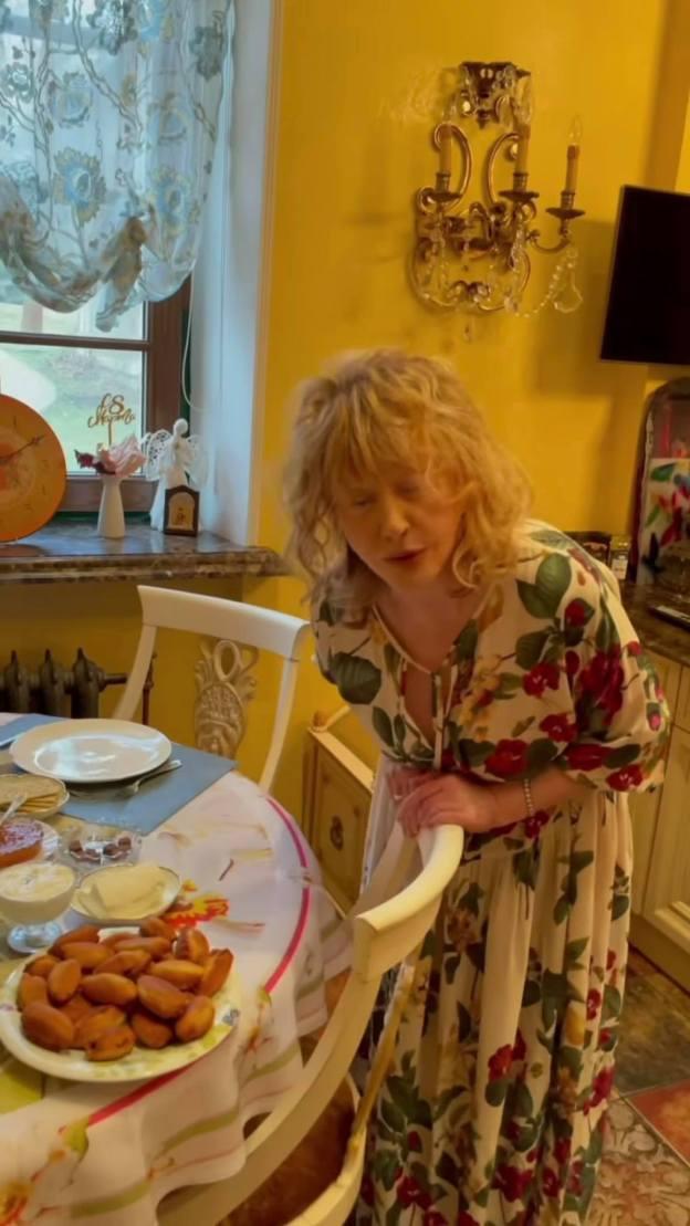 Как Шапокляк. 72-летняя Пугачева с утра без макияжа и укладки впечатляет