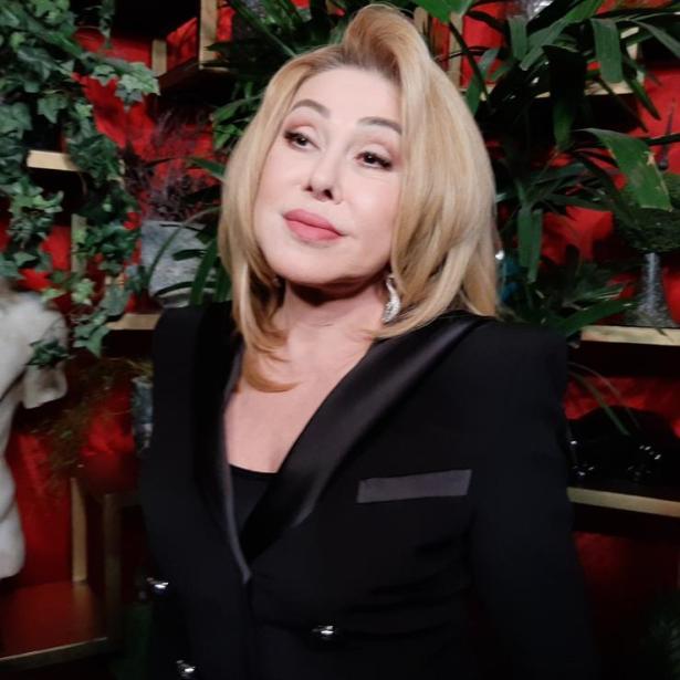 Еще немного и разойдутся швы. 67-летняя Успенская в мини шортиках удивила кавказскую публику