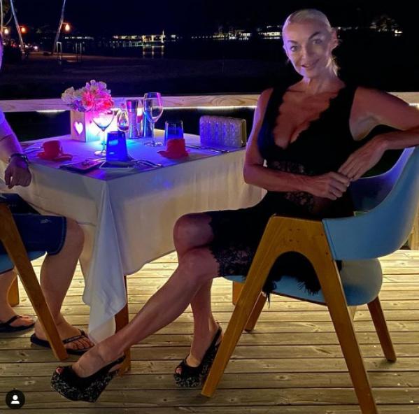 Две тряпочки. 45-летняя Волочкова без предрассудков распахнула рубашку, показав прелести