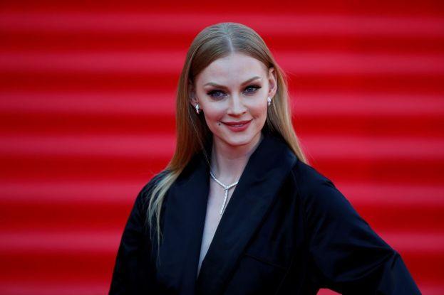 Никакого стыда, всё наружу. 38-летняя Ходченкова засветила прелести в распахнутой рубашке