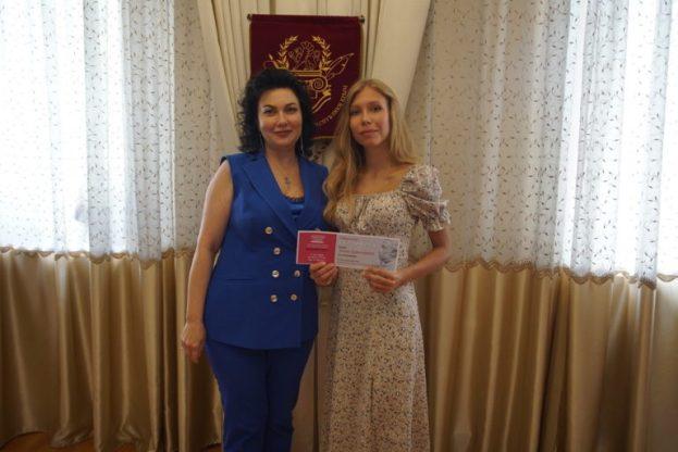 Пришла в прозрачном кружеве. Министра культуры Крыма критикуют за наряд на 1 сентября
