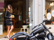 Manuela en la puerta de su boutique
