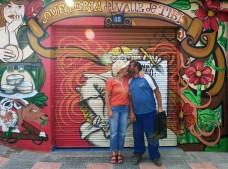 Lili y Julián frente a su local