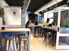 Interior de LZSB, mesas altas que pueden ajustarse según aforo