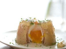 Huevo semicocido con gelatina de ternera