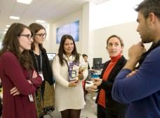 Ana Piqueras lleva en la mano uno de los primeros Mp3 para ver el cambio en imagen que han tenido