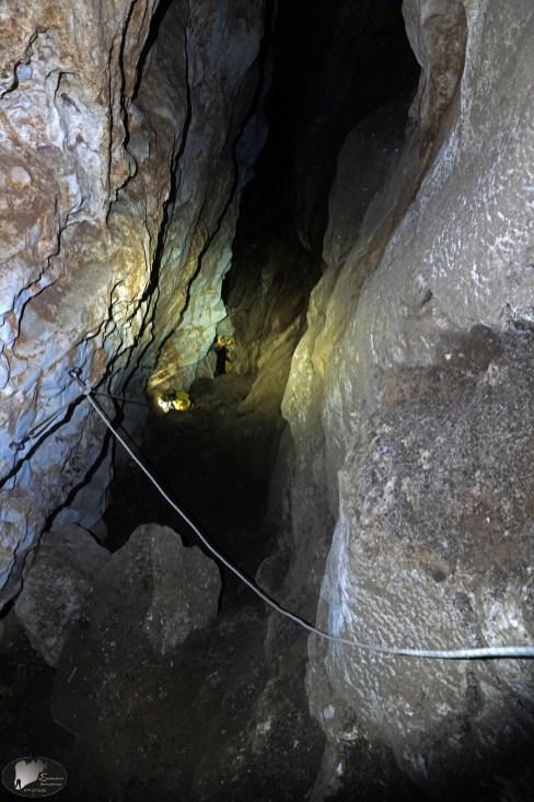 το σπήλαιο κάνει στροφή και γίνεται επικλινές