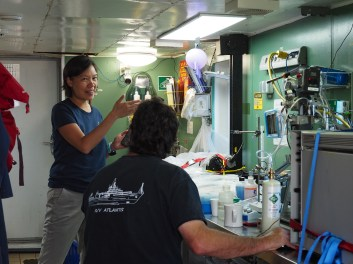 Darlene Lim in the wetlab with Jeff Seewald. Image Credit: Jenny Woodman