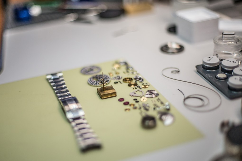 Klokke materiale på et arbeidsbord, Dyr klokke - hva gjør egentlig en klokke kostbar