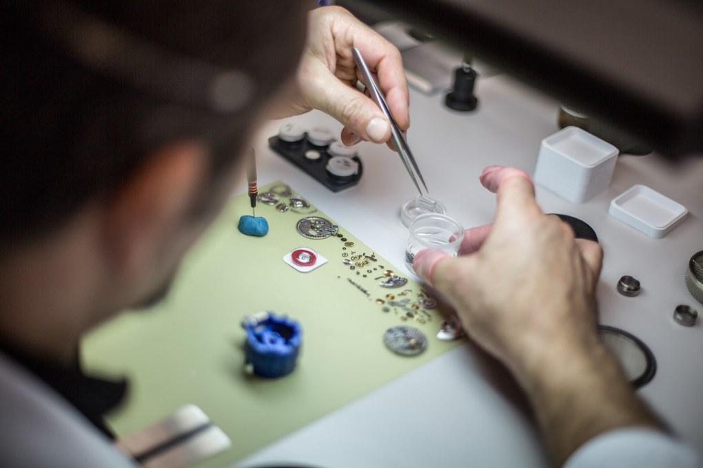 Urmaker som jobber med komponenter, Dyr klokke - hva gjør egentlig en klokke kostbar