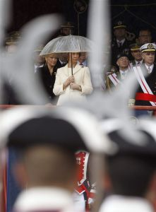 SM la Reina sujeta un paraguas