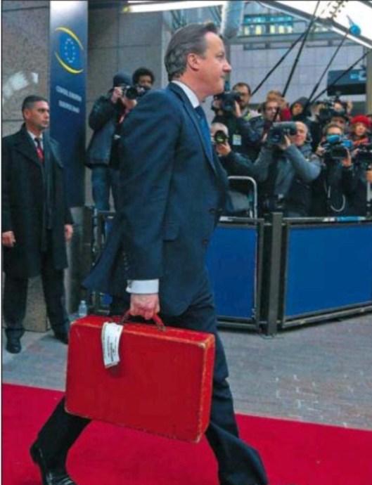 El Primer Ministro Davis Camerón con su maletín