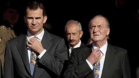 Don Juan Carlos y Don Felipe se ajustan el nudo de la corbata