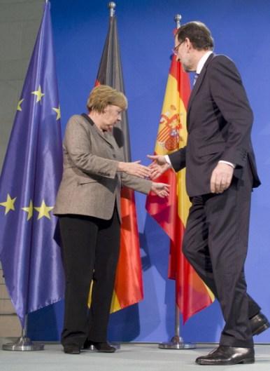 Merckel y Rajoy se saludan