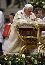 Benedicto XVI reclinado en un faldistorio