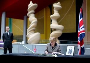 La canciller Merkel firma en el libro de condolencias  abierto en la embajada británica de Berlín