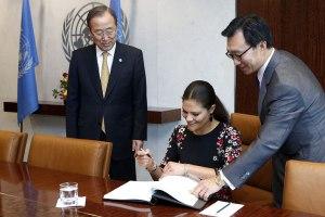 Firmando en el Libro de Honor con el secretario general de la ONU, Ban Ki-moon, y el jefe de protocolo, Yeocheol Yoon.