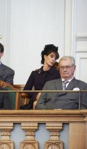 La princesa Marie de Dinamarca  dormida en apertura del parlamento danes oct 13
