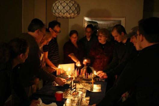 familia-judia-celebrando-el-hanukkah