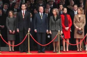 familia real tras una catenaria